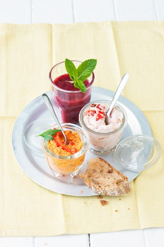 Tomato quark with peppers, a tofu dip with peppers, and a berry smoothie