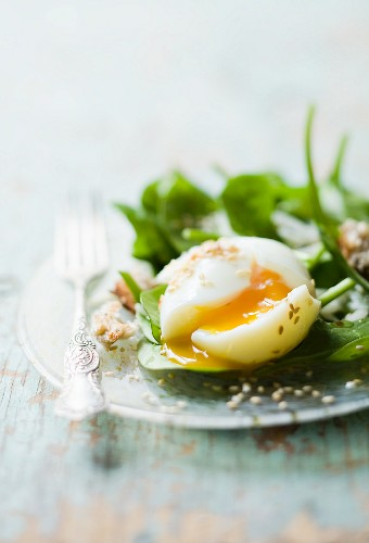 Baby spinach salad with a soft-boiled egg