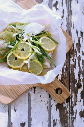 Kabeljau mit Zitronen, grünen Bohnen und Fenchel im Backpapier