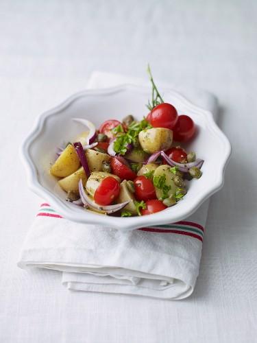 Kartoffelsalat mit Kirschtomaten und Kapern