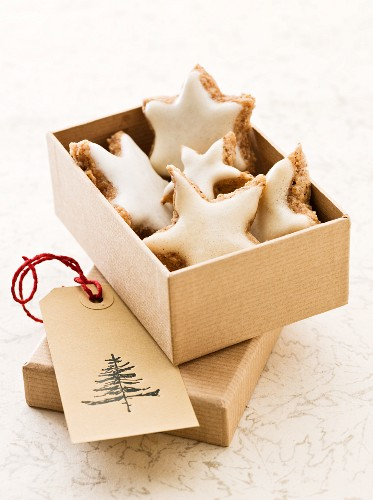 Star-shaped cinnamon biscuits in a box as a gift