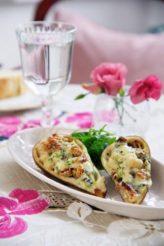 Birne halbiert, mit Walnüssen und Roquefort überbacken