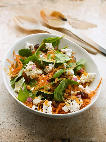 Spinach salad with carrots, dates and goat's cheese