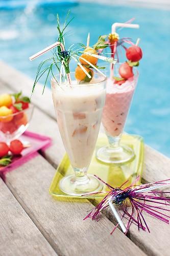 Zwei fruchtige Partydrinks am Swimmingpool
