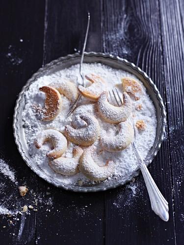 Vanillekipferl (crescent-shaped vanilla biscuits) in icing sugar