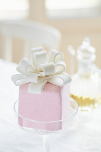 A mini cake with vanilla and violet