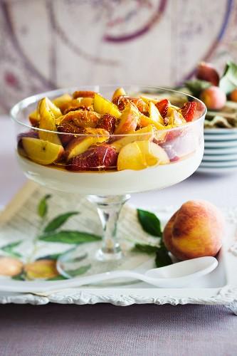 Creamy yoghurt with peaches, strawberries and honey