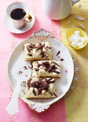 weiße Schokoladenschnitten mit Marshmallows und Macadamianüssen