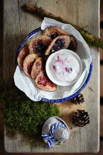 Mini pancakes with berries and yoghurt sauce