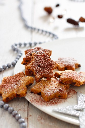 Star-shaped biscuits with cinnamon and icing sugar for Christmas