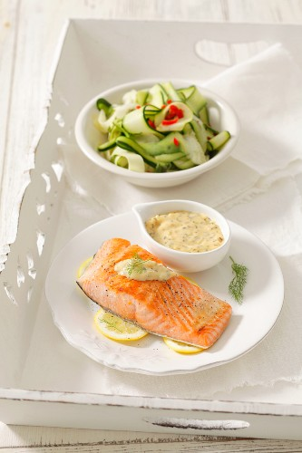 Grilled salmon fillet with bearnaise sauce and courgette salad