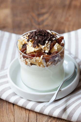 Yoghurt with oats, apple, dried fruits and grated chocolate