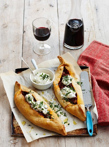Pide with a Bolognese filling (pastry parcels, Turkey)
