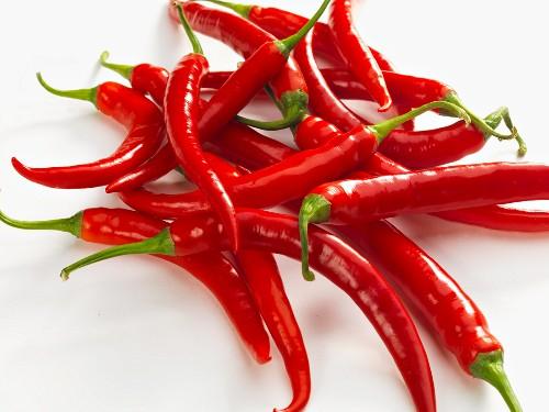 Ein Haufen frische rote Chilischoten