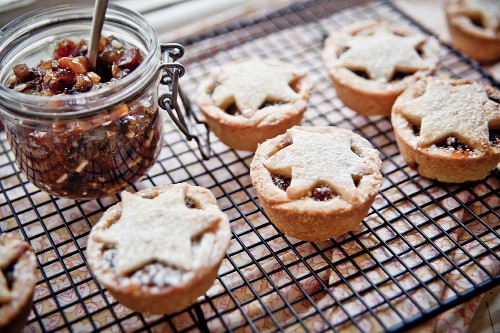 Mince Pies (engl. Mübteigtörtchen zu Weihnachten mit Nuss-Trockenobst-Füllung) auf Kuchengitter