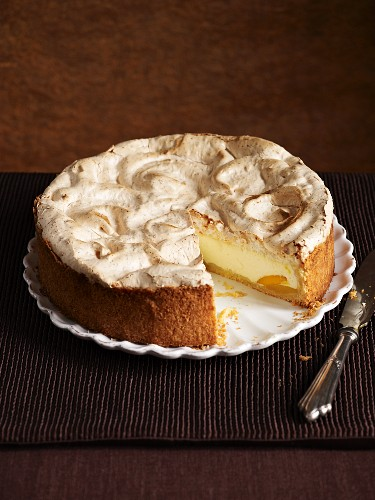 A cheesecake topped with meringue, sliced