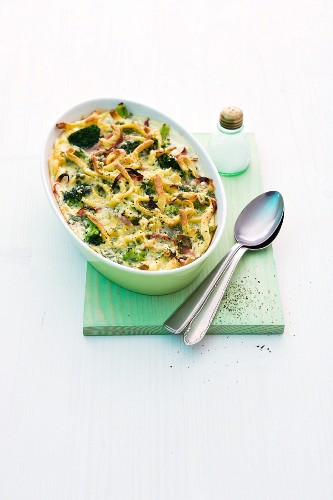Spätzle (soft egg noodles from Swabia) and vegetable bake with ham and cheese