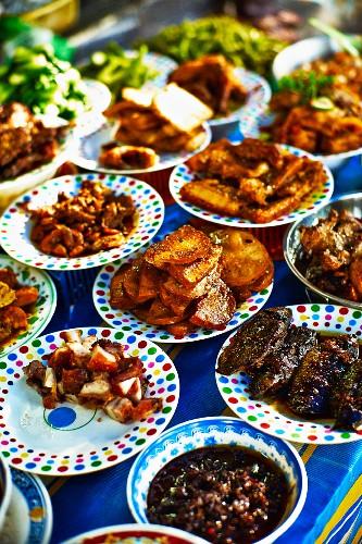 Street Food auf einem Markt in Saigon (Vietnam)