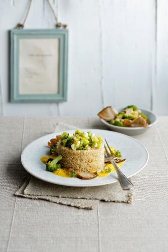 Quinoatimbale mit Curryschaumsauce