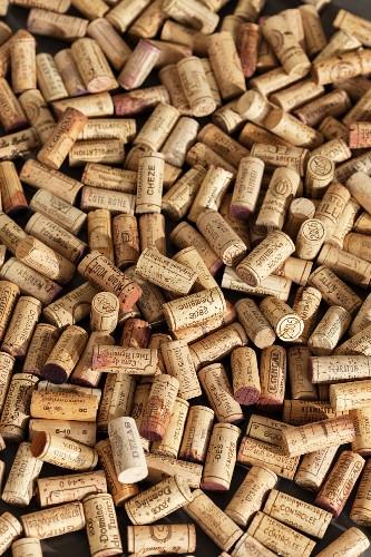Viele Weinkorken (bildfüllend)