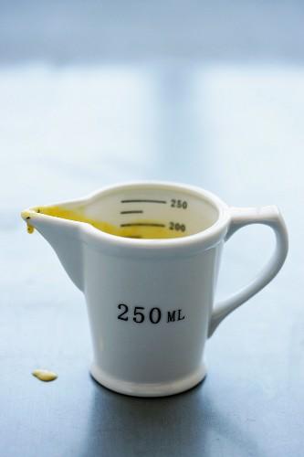 Bearnaise sauce in a measuring jug