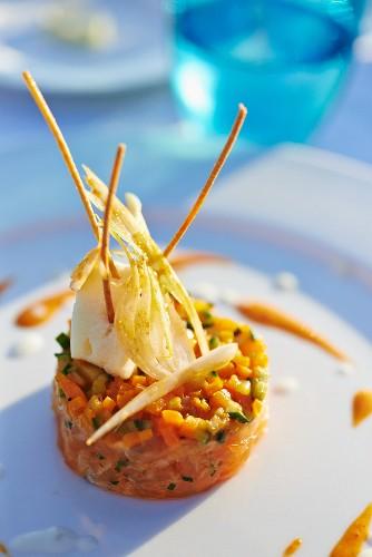 Salmon tartar with vegetables