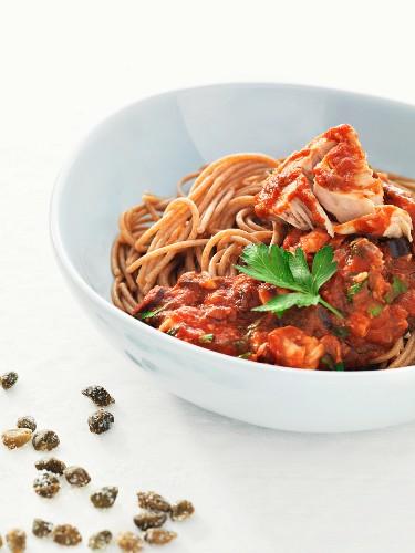 Vollkornspaghetti mit Thunfisch, Kapern und Tomatensauce