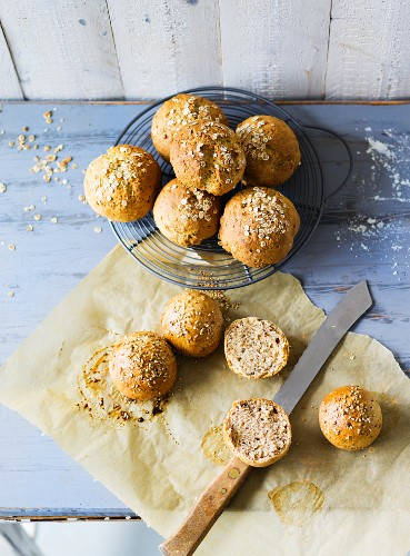 ADHD food: Bread rolls with einkorn wheat flakes and wholemeal rolls