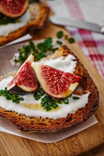 Tartine with yogurt, chives and fresh figs