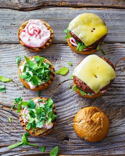 Wald- und Wiesen-Burger: Burger mit Kräutern & Preiselbeercreme