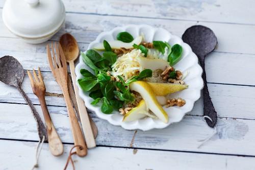 Feldsalat mit Pastinaken & Birnen als Beilage zum Raclette