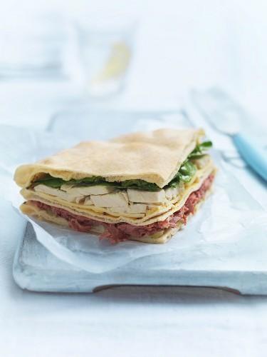 Fladenbrotsandwich mit Putenfleisch, Pastrami und Emmentaler
