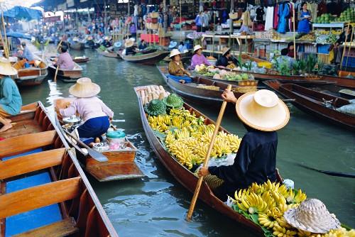 A floating market, Damnoen Saduak, near Bangkok, Thailand, Asia