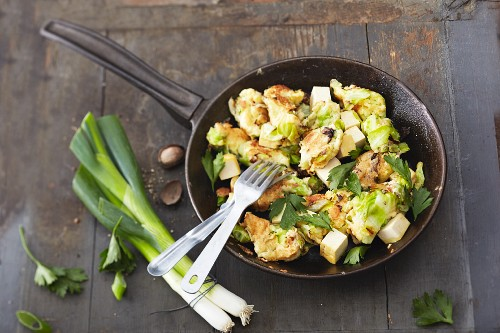 Pointed cabbage hash with tofu and parsley