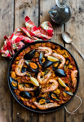 Paella with prawns and mussels