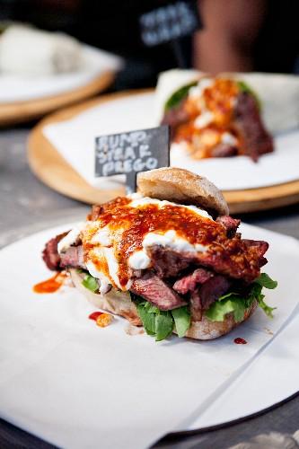 Rumsteak-Sandwich auf Verkaufstisch eines Gastronomiebetriebes