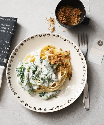 Durum wheat tagliatelle with a vegan spinach and asparagus cream