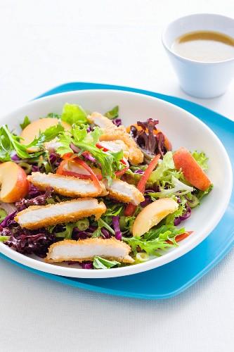 Blattsalat mit Hähnchen und Nektarinen