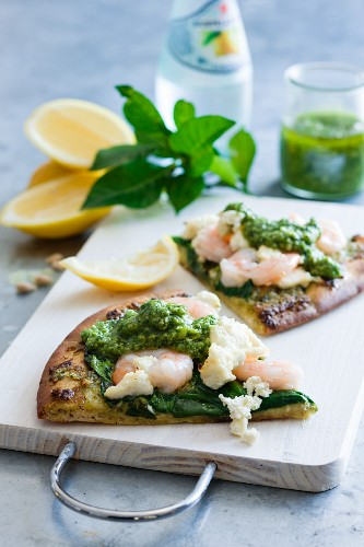Pizza with prawns, spinach and pesto