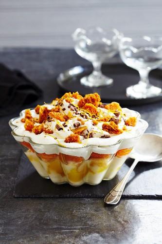 Orangen-Sahne-Dessert mit Cinder Toffee, Schokolade und Orangenschale