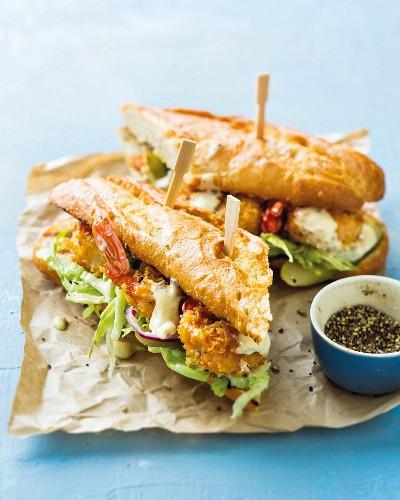 Po Boy Sandwich mit frittierten Garnelen und Eisbergsalat (USA)