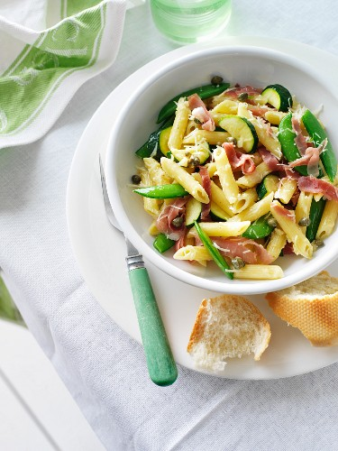 Penne mit Prosciutto, Erbsenschoten und Zucchini