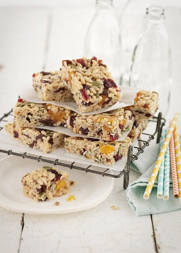 Puffed rice bars with dried and candied fruits