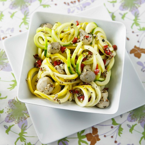 Green and yellow courgette spaghetti with garlic, peppers, olive oil and mushrooms