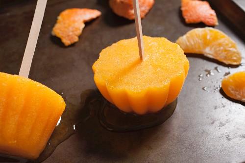 Selbstgemachte Orangeneis-Lollis