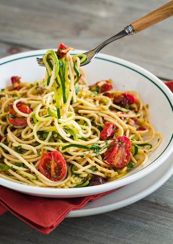 Glutenfreie Spaghetti mit Zucchinispaghetti und gebratenen Traubentomaten