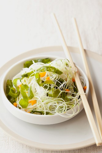 Rice noodles with wakame beans and sesame seeds (Asia)