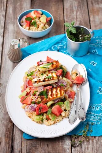 Chifferi-Nudelsalat mit Wassermelone, Gurke, Minze und gegrilltem Halloumi
