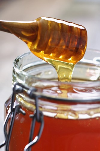 Vom Löffel fliessender Honig