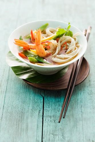 Asiatische Nudelsuppe mit Garnelen und Gemüse